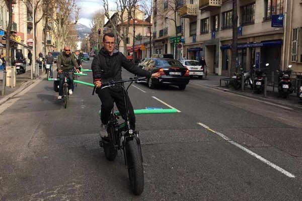 Une quinzaine de cyclistes, de le collectif Nice A Velo, a fait une opération de sensibilisation à Nice pour le respect de la distance de sécurité obligatoire lors des déplacements.