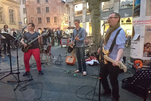 A Strasbourg, ce groupe se retrouve chaque année depuis 1982 pour fêter la musique. Deux guitares, une basse et une batterie, mardi soir, les quatre musiciens reprenaient des standards du rock rue des Etudiants