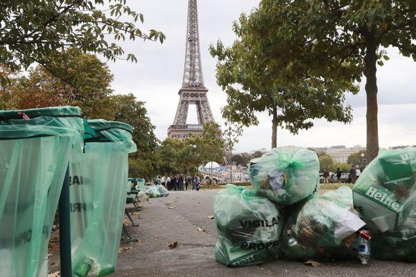 Des sacs-poubelle à proximité de la Tour Eiffel, en septembre 2019 (illustration).