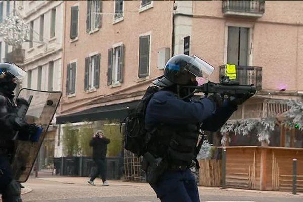 Le lanceur de balle (LBD), du moins l'usage qui en est fait par les policiers, est aujourd'hui très décrié
