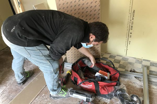 Le plombier travaille actuellement sur un chantier de transformation de maison en cabinet dentaire à Clermont-Ferrand.