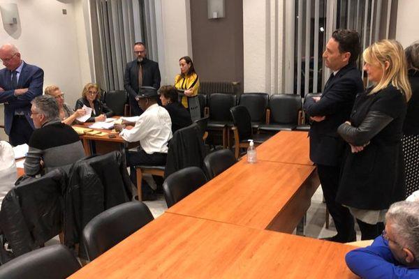 Dépouillement du vote à la Trinité sous le regard de Ladislas Polski