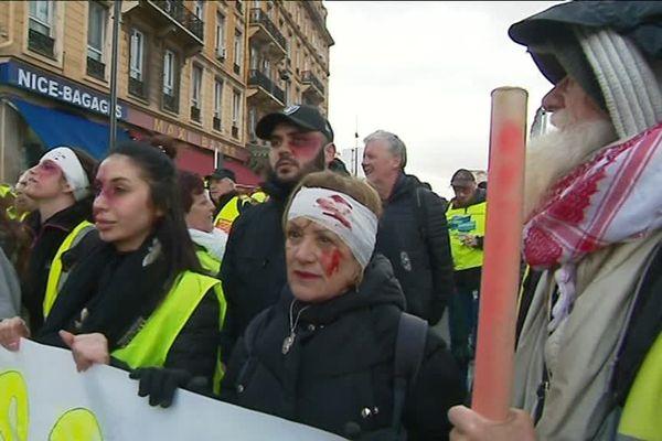 """Certains """"gilets jaunes"""" ont défilé avec des bandages ensanglantés pour protester contre les violences policières."""