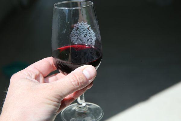 Depuis l'augmentation des taxes à l'importation vers les États-Unis en octobre 2019, les viticutleurs trinquent.