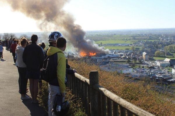 Le feu s'est déclaré peu avant 18 heures. L'entrepôt s'est embrasé en quelques minutes