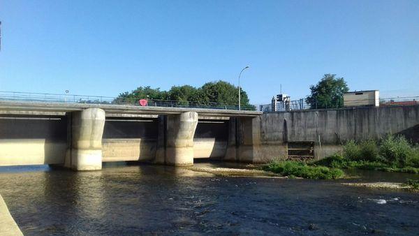Vannes du barrage en rivière Marne à saint dizier