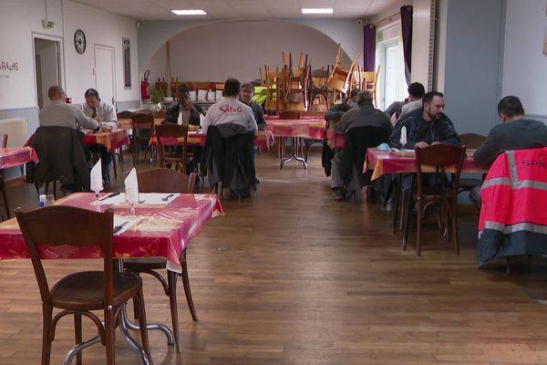 Les ouvriers des entreprises du BTP renouent avec le plaisir de manger au restaurant pour leur pause déjeuner.