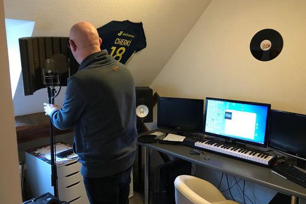 Anthony Moussu, membre du groupe Memories, prépare le concert qu'il va organiser depuis la fenêtre de son appartement à Dijon