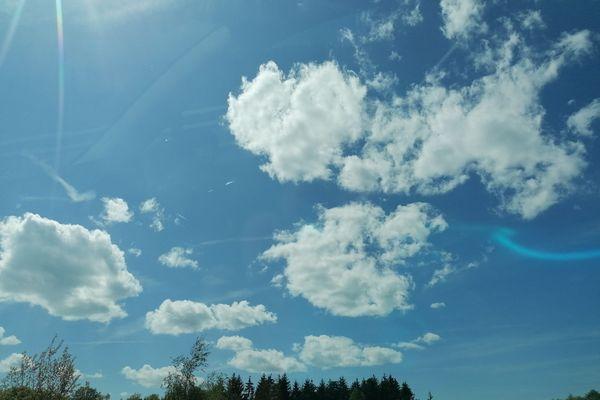 Nuages et soleil se partagent le ciel