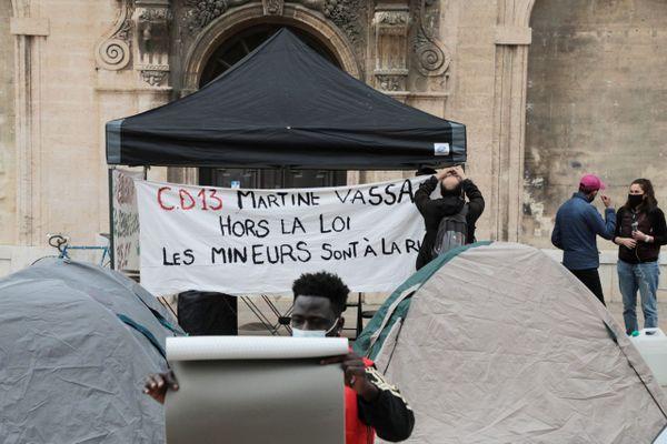 02/03/2021. Rassemblement devant la mairie de Marseille pour soutenir les jeunes mineurs migrants, qui dorment dehors.