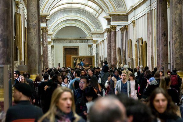 Des visiteurs au musée du Louvre.
