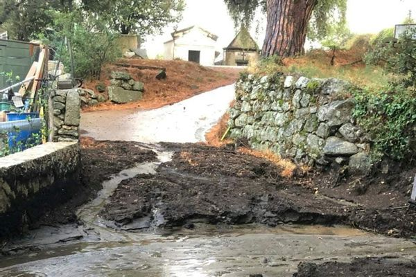 D'importantes coulées de boue ont coupé la route départementale 613 à Avapessa.