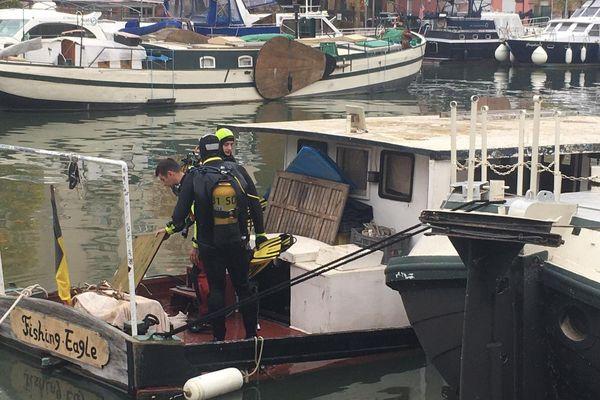 Les plongeurs du SDIS en intervention sur le Fishing Eagle au port Saint-Sauveur.
