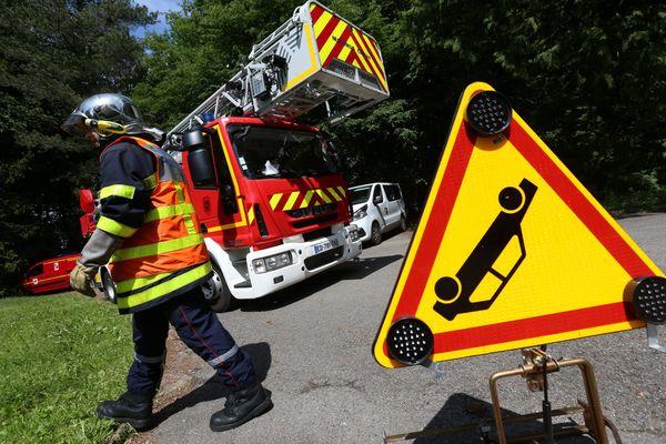 Une trentaine de sapeurs-pompiers ont été dépêchés sur le lieu de l'accident pour prévenir tout risque d'incendie et d'explosion. Le col de Cabre entre Drôme et Hautes-Alpes devrait rester fermé à la circulation toute la journée de ce lundi 19 juillet 2021.