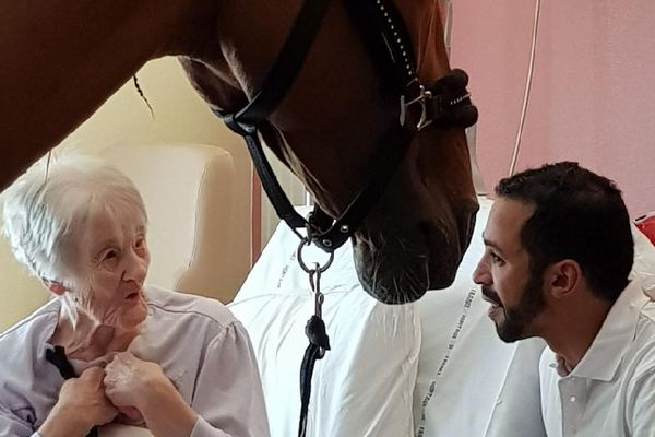 Chaque mois, Peyo et Hassen Bouchakour rendent visite à des malades.