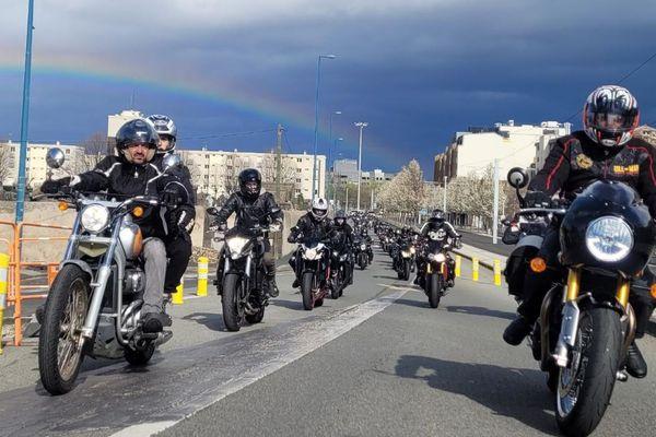 """A l'appel du collectif """"The templars of the road"""", 250 motards ont sillonné les rues de Clermont-Ferrand, dans le Puy-de-Dôme, samedi 13 mars. Jusqu'alors exemptés de contrôle technique, les deux roues pourraient bien en hérité en 2022."""