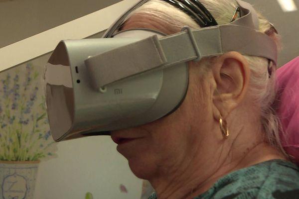 Marie, résidente de l'Ehpad Jeanne d'Arc à Soissons essaye pour la première fois le casque de réalité virtuelle