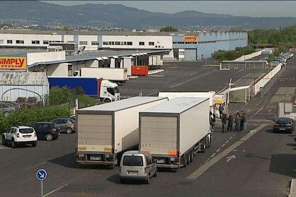 Depuis mercredi 25 mai, plusieurs dizaines d'opposants à la loi travail ont choisi de bloquer la plate-forme logistique de Cournon d'une enseigne de grande-distribution. Plus aucun camion, chargé de produits frais, ne peut entrer ou sortir.