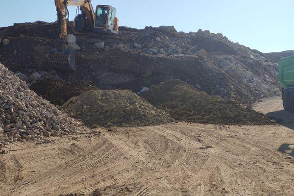 """Les déchets formaient """"un véritable mur""""  selon une source proche de l'enquête."""
