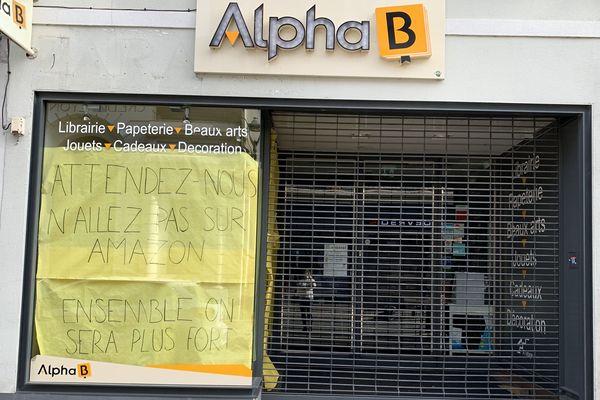 """""""N'allez pas sur Amazon"""", peut-on lire sur la vitrine des librairies Alpha B"""