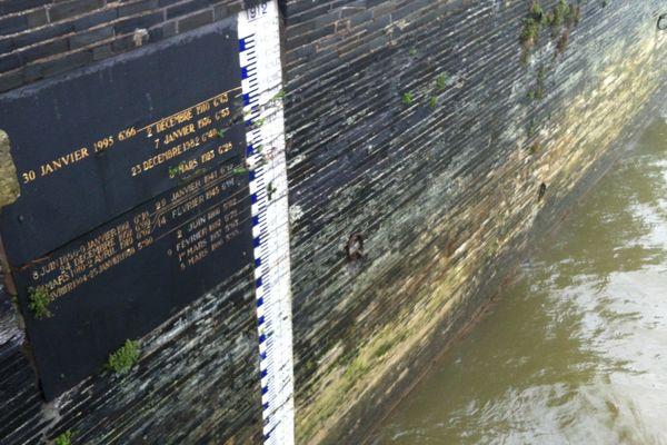 L'échelle de crue du pont de Verdun à Angers témoigne des débordements successifs de la Maine