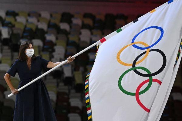 Anne Hidalgo recevant le drapeau olympique, lors de la cérémonie de clôture des Jeux de Tokyo dimanche 8 août.