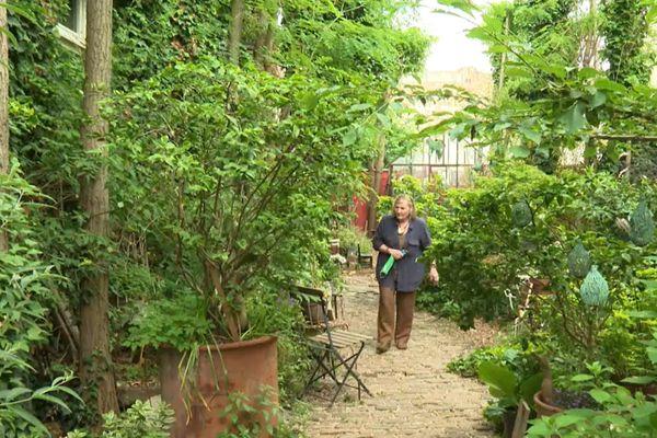 """Camille They, dans son jardin """"éco-poétique""""."""