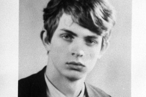 Serge Le Petit est mort à 17 ans d'une balle à bout portant dans la nuque.   Un crime qui se produit en pleine guerre froide, un contexte qui fera émerger diverses pistes.
