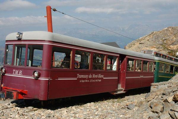 """Le tramway du Mont-Blanc à l'approche du terminus du """"Nid d'Aigle"""""""