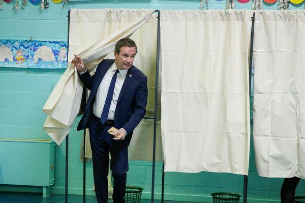 Nicolas Dupont-Aignan obtient 4,73 % des votes au premier tour, au niveau national.