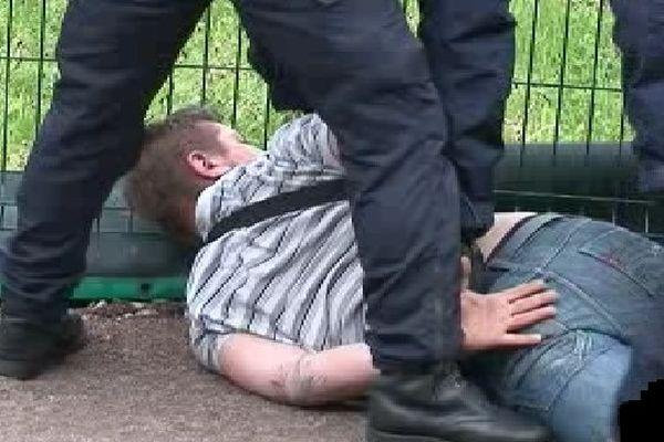Un militant de ZAD 87 plaqué au sol par les forces de l'ordre