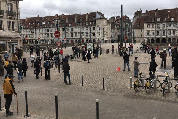 Quartier Battant à Besançon : une soixantaine de manifestants forme un défilé du 1er mai forcément différent.