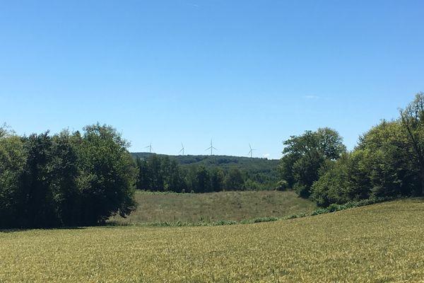 L'implantation envisagée de 4 éoliennes fait polémique à Siran, dans le Cantal. En photo, celles d'une commune proche, Saint-Saury.