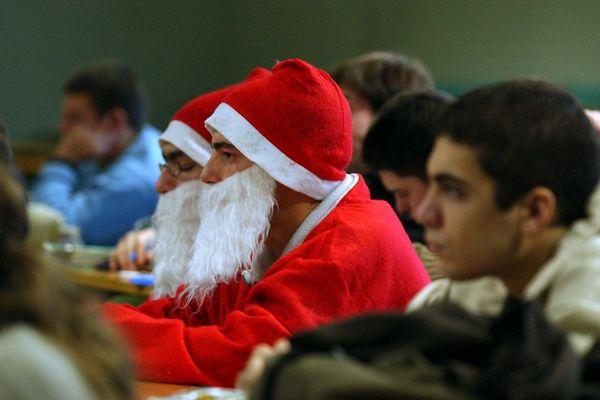Des pères Noël surpris dans un cours magistral de chimie.
