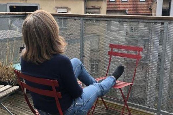Sur le balcon confiné pour voir les toits de Strasbourg.