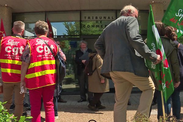 Rouen le 9 juin 2020 - Syndicats de Paris-Normandie devant la porte du tribunal de commerce