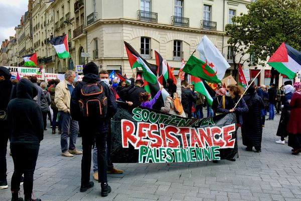 Citoyens nantais, jeunes et moins jeunes, se sont rassemblés Cours des 50 Otages pour la Palestine ce 15 mai 2021
