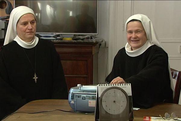 Très occasionnellement les sœurs écoutent ensemble la radio