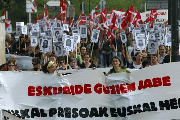 """manifestation du 12/06/2010 à Bayonne (Sur la banderole est écrit en basque: """"Respect des droits des prisonniers-les prisonniers basques au Pays-basque)"""