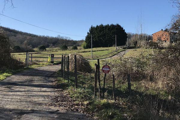 Le chemin d'accès au hameau a été barré.