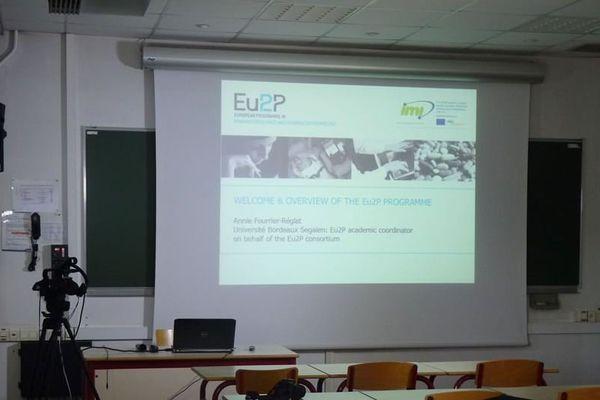L'université de Bordeaux dispense les cours de pharmacovilance et pharmaco-épidémiologie pour un master EU2P grâce à une plateforme de e-learning et une salle de classe virtuelle