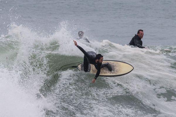 Les surfeurs dans la baie de Douarnenez se sont régalés malgré quelques embouteillages pour prendre la vague.