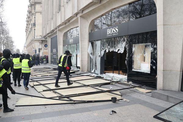 Plus de 80 enseignes ont été pillées samedi 16 mars à Paris lors de la manifestation des gilets jaunes.