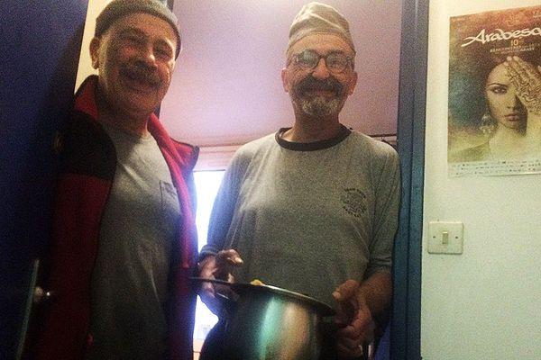 Hady et Mohammed à la porte de leur chambre du foyer Adoma à Montpellier avant la rupture du jeûne pendant le ramadan.