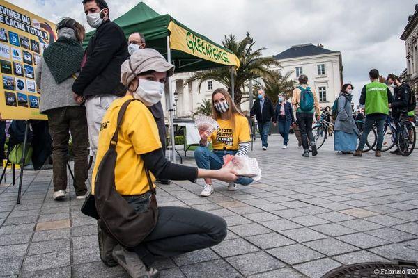 L'action de Greenpeace Tours a démarré à 11h place Jean Jaurès