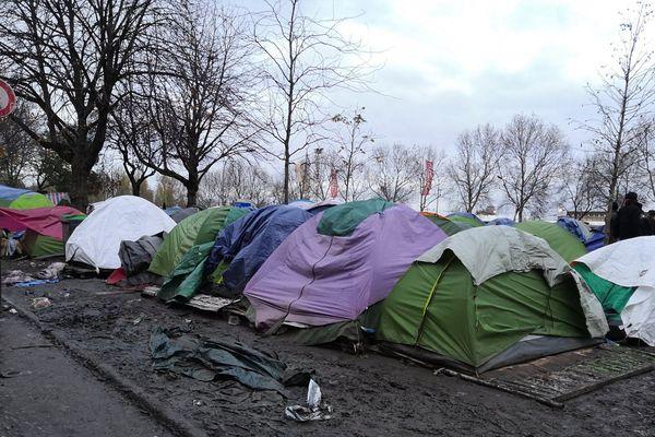 Les agents de la mairie de Paris et la police ont procédé au nettoyage d'une partie du camp, suite à la mise à l'abri des migrants.