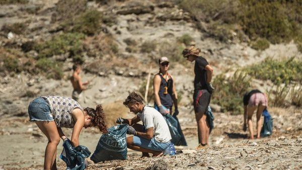Ramassage de plastique sur les plages corses avec CorSeaCare