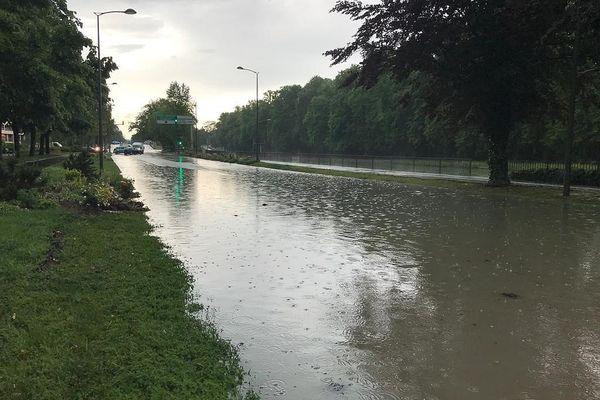 Très vite, on n'a plus distingué la chaussée du canal, tout proche.