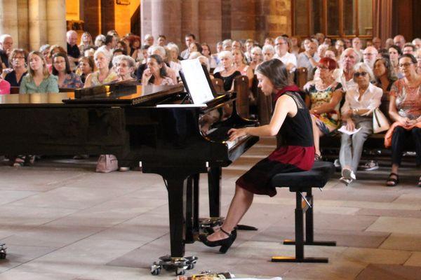 Cynthia Weissbraun au piano lors de son concert caritatif pour la SPA de Strasbourg de 2019, en l'église Saint-Thomas.