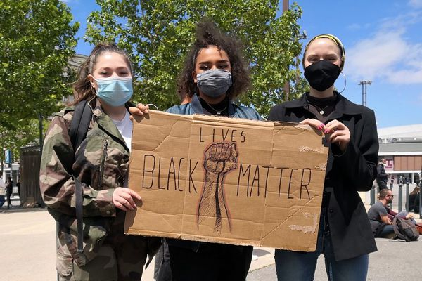 Lilli (au centre) raconte le racisme qu'elle vit, un racisme parfois dissimulé dit-elle